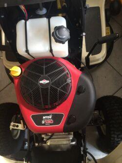 Briggs & Stratton fűnyíró traktor motorral felszerelt MTD