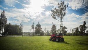 MTD fűnyíró traktor a napsütésben
